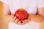 kobieta z jabłkiem